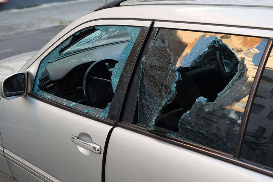 Unbekannte Täter haben wieder die Scheiben von parkenden Fahrzeugen zerschlagen.