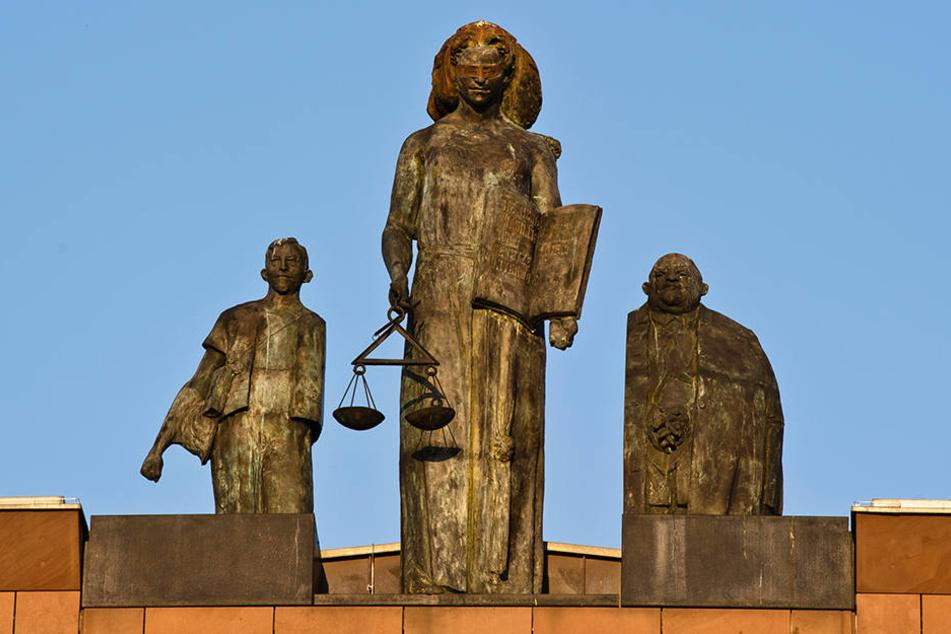 Eine Statue der Justitia in Darmstadt – Hessens Staatsanwälte haben alle Hände voll zu tun.