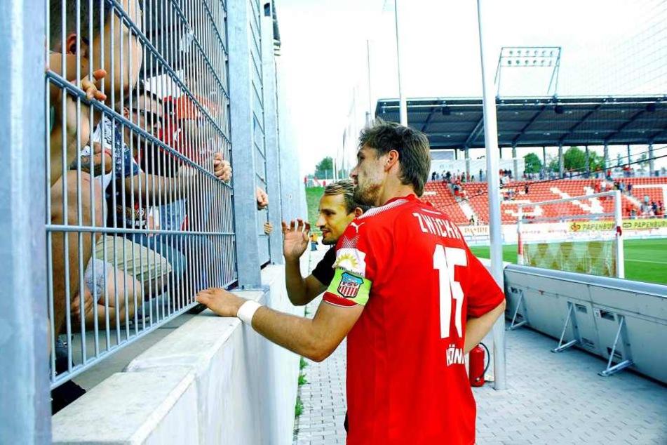 Die beiden FSV-Führungsspieler Ronny König (vorne) und Toni Wachsmuth stellten sich den enttäuschten und besorgten Fans.