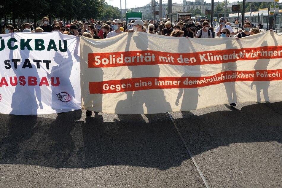 Hunderte Menschen demonstrierten auch am Freitag gegen den Ausbau des Flughafens Leipzig-Halle.