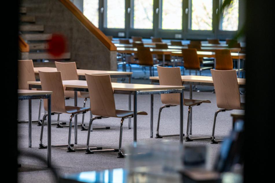 Leere Stühle in einer Bibliothek in der Universität Regensburg.