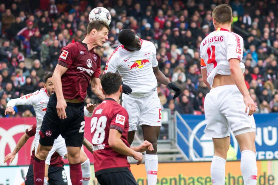 1. FC Nürnberg gegen RB Leipzig: Ibrahima Konate (Mitte, Trikot-Nummer 6) in der Luft im Kopfballduell.