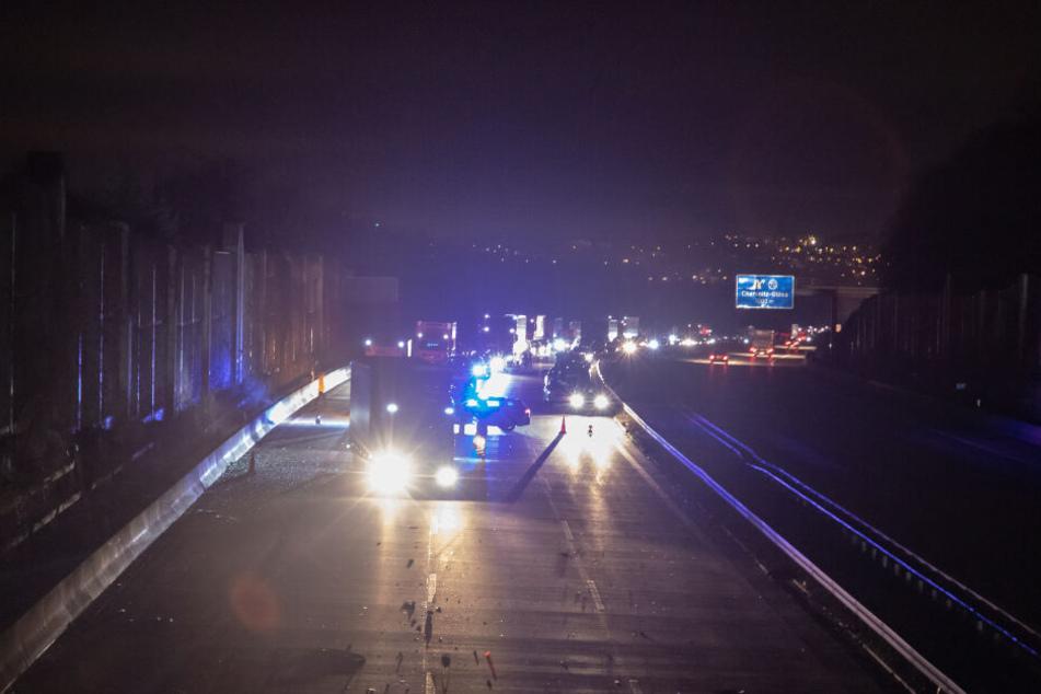 Durch die Wucht des Aufpralls verteilten sich Trümmerteile über die gesamte Autobahn, sodass diese für den Verkehr für über eine Stunde gesperrt werden musste.