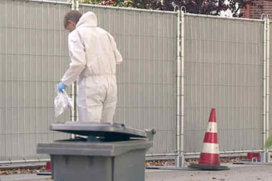 Ein Mitarbeiter der Spurensicherung steht an dem Ort, an dem der 21-Jährige erschossen wurde.