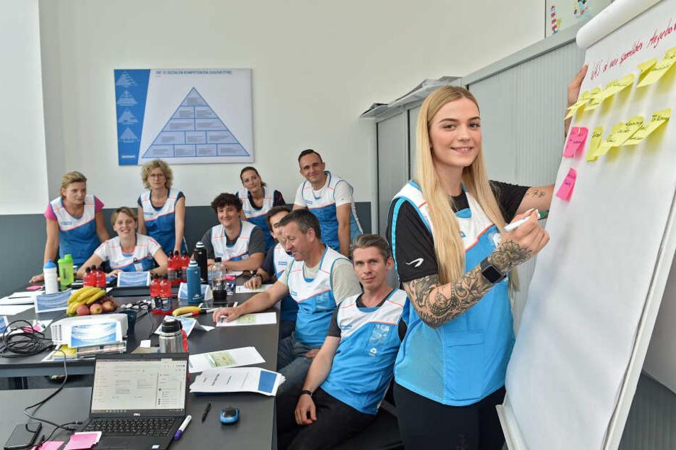 Teamleiterin Lisa und Ihr Team bei einer Teambesprechung.