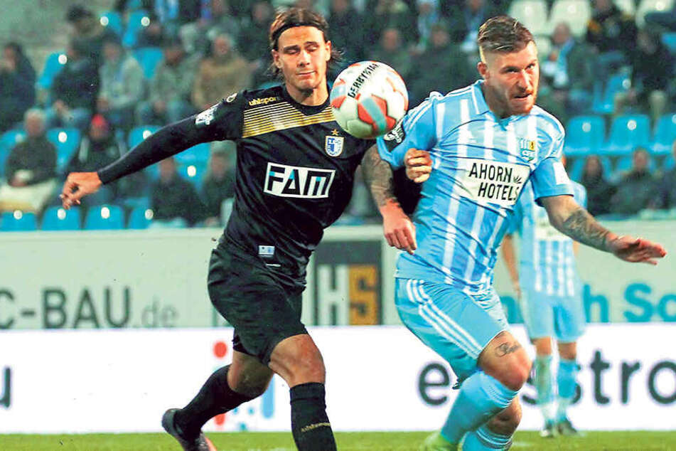 Philip Türpitz (r., gegen den  Magdeburger Tobias Schwede) ist mit seiner Situation beim Chemnitzer FC  unzufrieden. Möglichweise verlässt er die Himmelblauen nach Saisonende.
