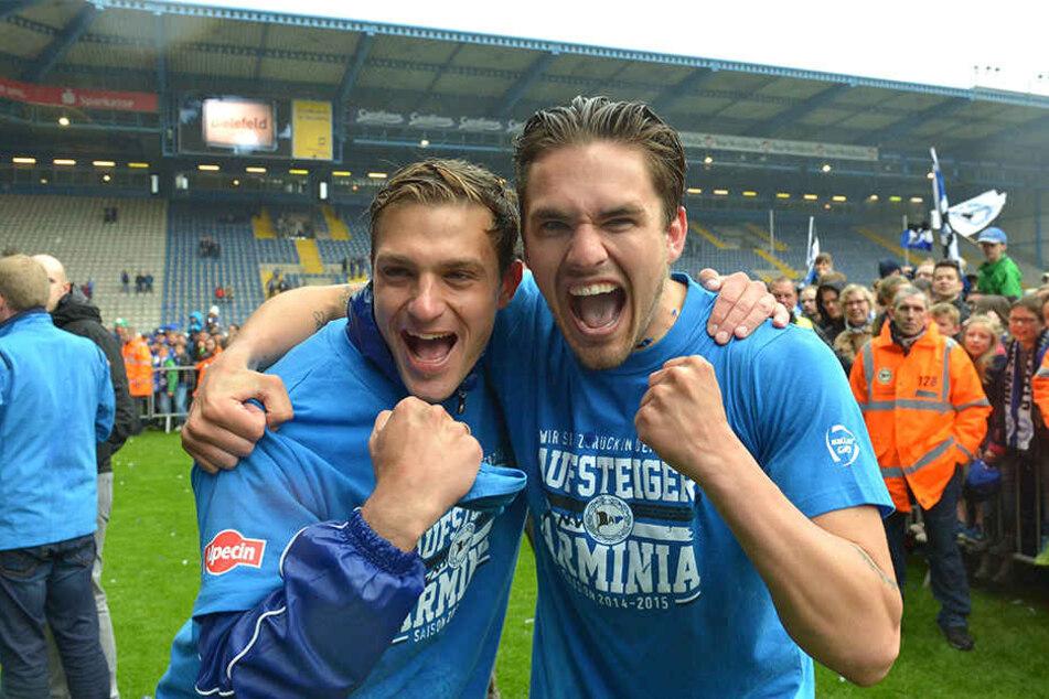 Pascal Testroet (re.) zusammen mit Tom Schütz bei der Aufstiegsfeier 2015.