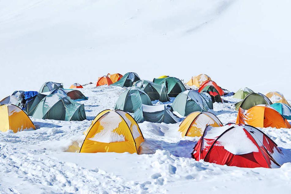 In den Karpaten wurde ein Zeltlager vom plötzlichen Wintereinbruch überrascht. (Symbolbild)