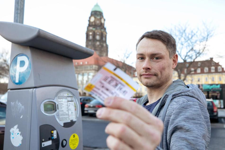 Noch kann Marcus (41) günstig am Rathaus parken, zukünftig würden pro Stunde drei Euro fällig.