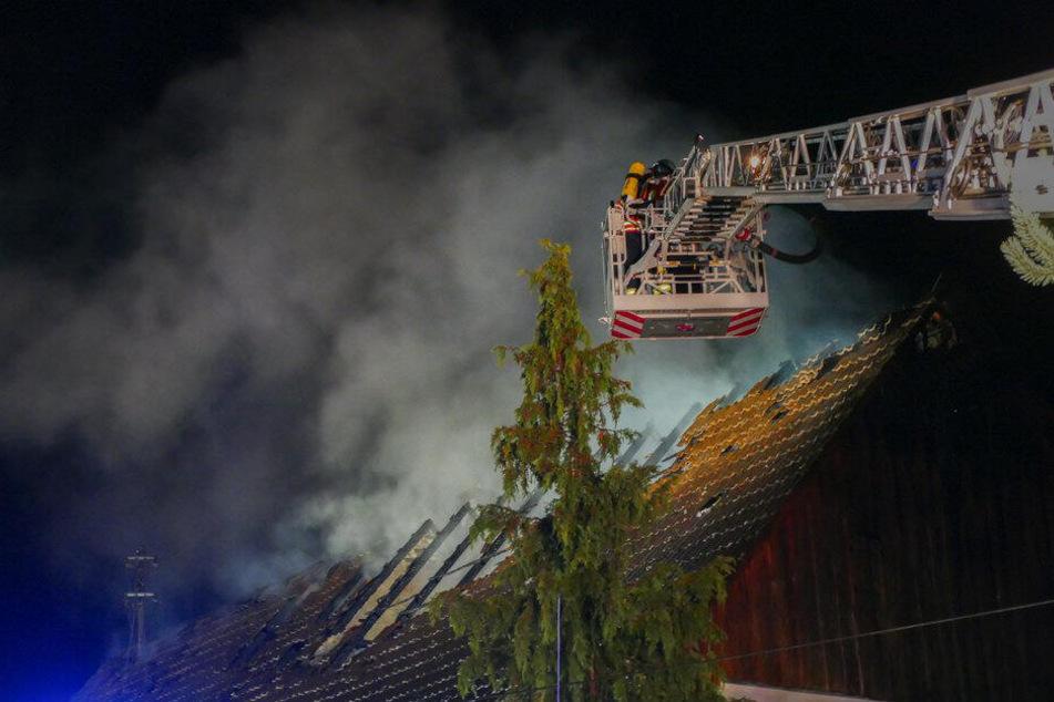 Die Feuerwehr löscht den Dachstuhl.