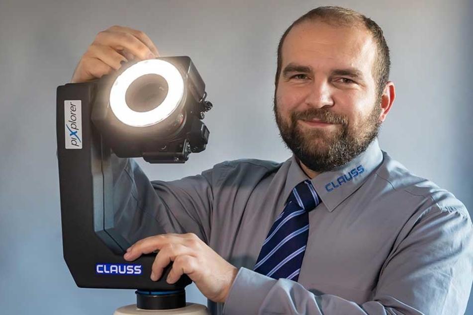 Roland Clauß (34), Vertriebsleiter der Dr. Clauß Bild- und Datentechnik GmbH aus Zwönitz, präsentiert den Fotoroboter, der das unterirdische Wiener Kanalsystem fotografieren soll.