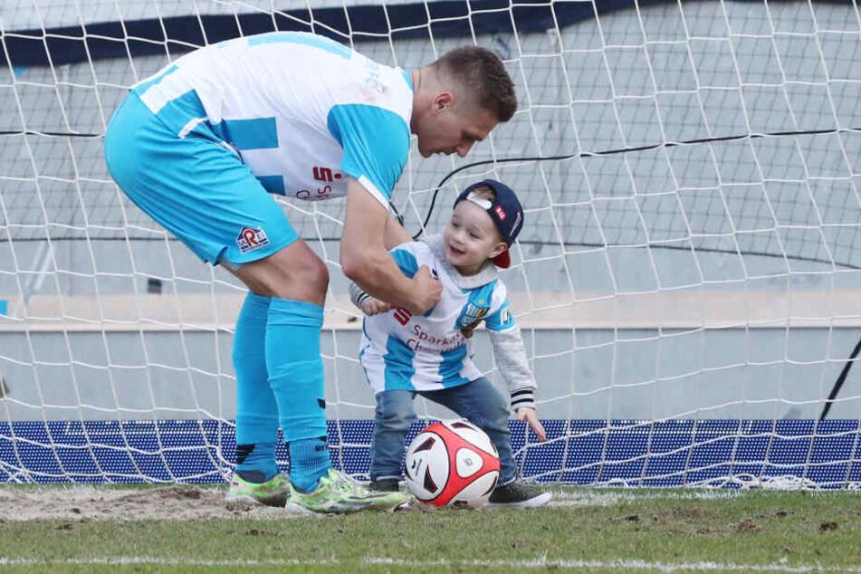 Toooor! Daniel freut sich mit seinem Sohnemann Leo. Der Knirps hatte eingenetzt. Jetzt soll der Papa bei Lok Leipzig nachziehen. Für den CFC wäre es wichtig.