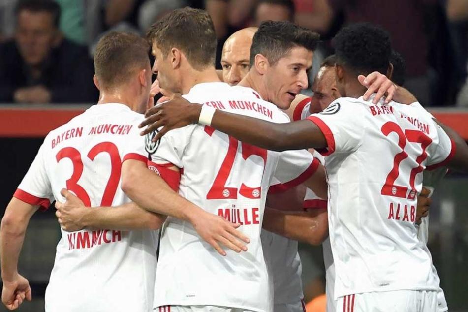Bayerns Spieler Joshua Kimmich (l-r), Thomas Müller, Arjen Robben, Torschütze Robert Lewandowski, Franck Ribéry und David Alaba jubeln nach dem 0:2.