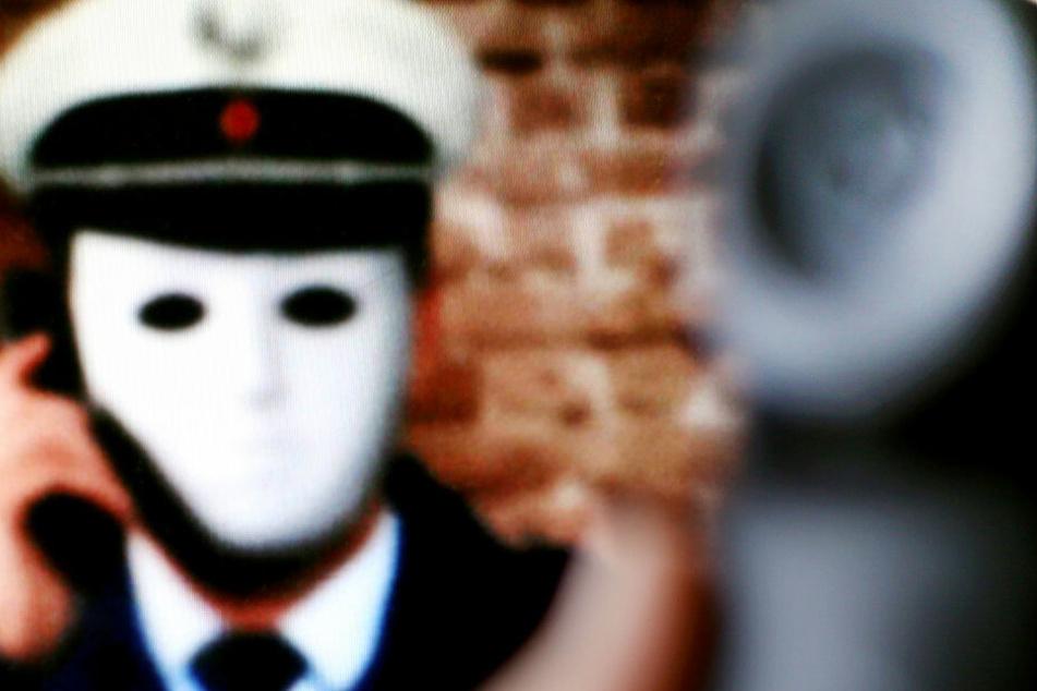 Falsche Polizisten gehen oft nach der selben Masche vor. (Symbolbild)