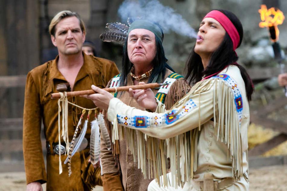 Alexander Klaws (rechts) raucht als Winnetou die Friedenspfeife.