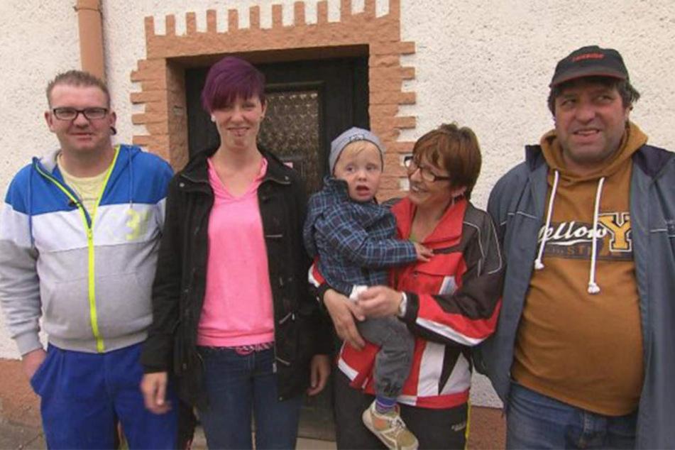 Die glücklichen Hausbewohner: Michael, Jaqueline, Söhnchen Jason sowie Jaquelines Eltern Kathrin und Holger.