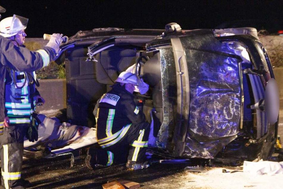 Eines der beiden Unfallautos landete auf der Seite.
