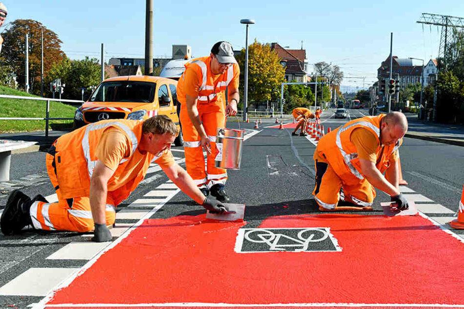 Holger Rößler (54, v.l.), Mike Zander (35) und Thomas Günther (47) von der Firma ASS Verkehrsservice bringen die Farbe auf.