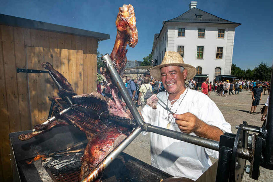 Kein Fest ohne Schwein am Grill: Peter (50) weiß, wie der Braten schmackhaft wird.