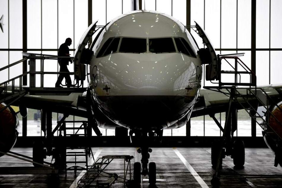 Mitarbeiter der Lufthansa-Technik warten in Hamburg einen Airbus A319.