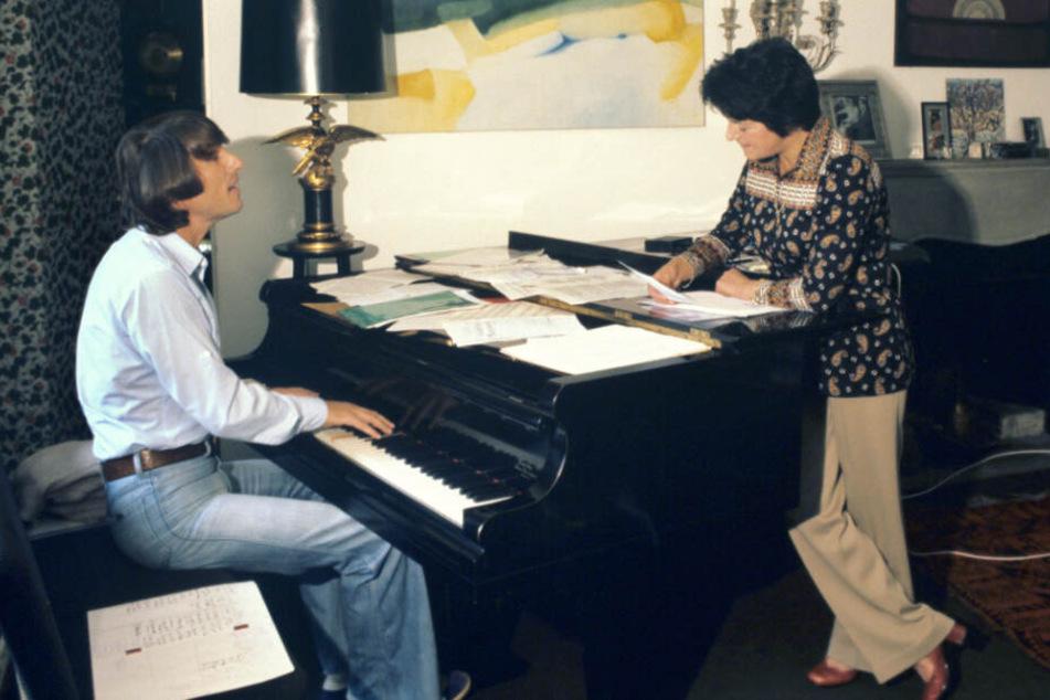 1. August 1977: Texterin Irma Holder (rechts) und Udo Jürgens proben in der Schweiz ein Musikstück.