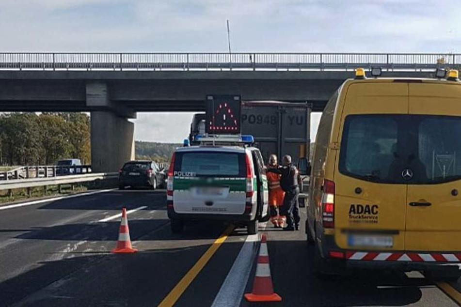 Der Verkehr muss einspurig an der Unfallstelle vorbeigeleitet werden. Derzeit staut es sich 15 Kilometer lang.