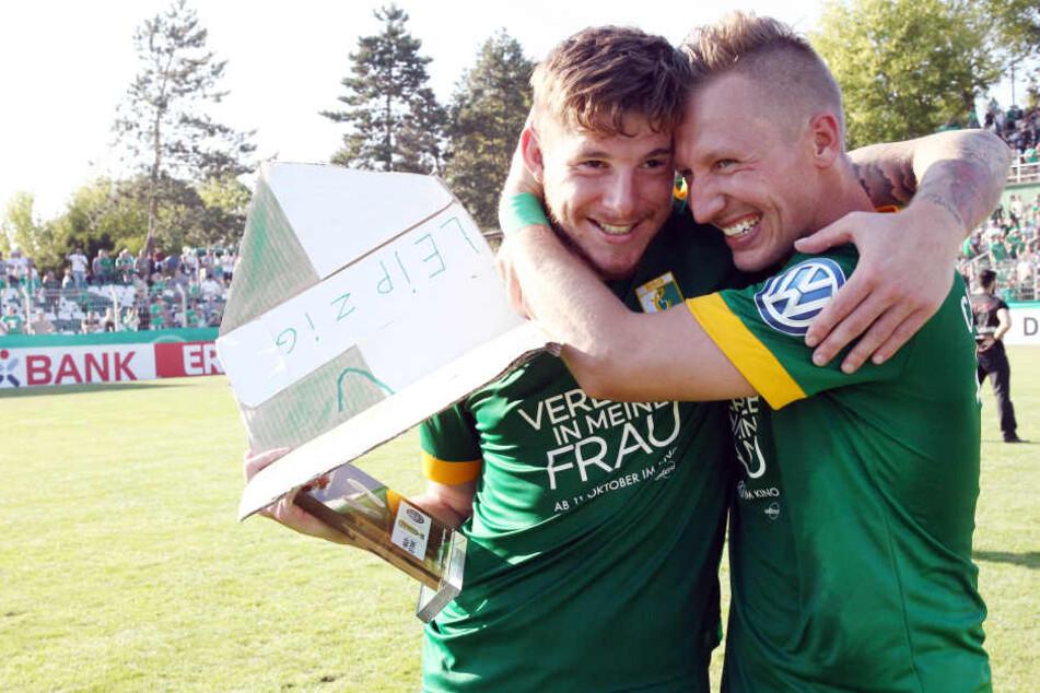 Siegtorschütze Kai Druschky (l.) freute sich mit Teamkollege Florian Schmidt über den Pokalcoup gegen Regensburg.