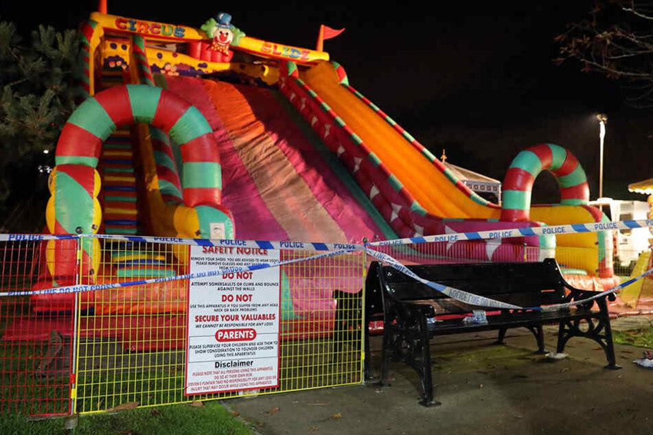 Schock auf Jahrmarkt: Riesenrutsche stürzt ein und reißt Kinder mit sich