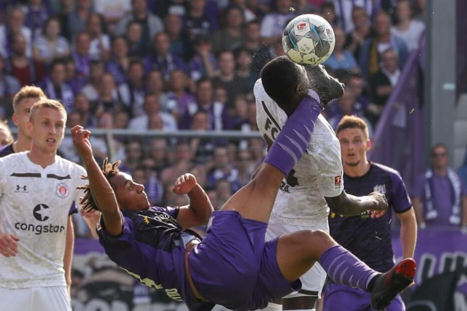 Osnabrücks Etienne Amenyido (l) tritt Youba Diarra (r) von St. Pauli bei einem versuchten Fallrückzieher an den Kopf.