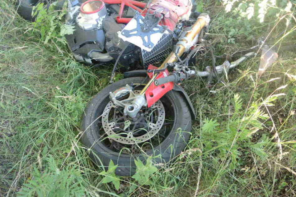Die Maschine des 37-Jährigen liegt schwer demoliert im Gras. Der Motorradfahrer starb noch am Unfallort.
