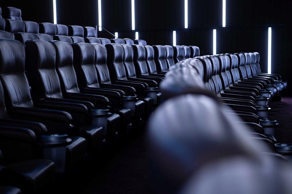 """Auf den Kinosesseln im Kinosaal """"Arri"""" der Astor Film Lounge in München dürfen bald wieder Besucher Platz nehmen."""