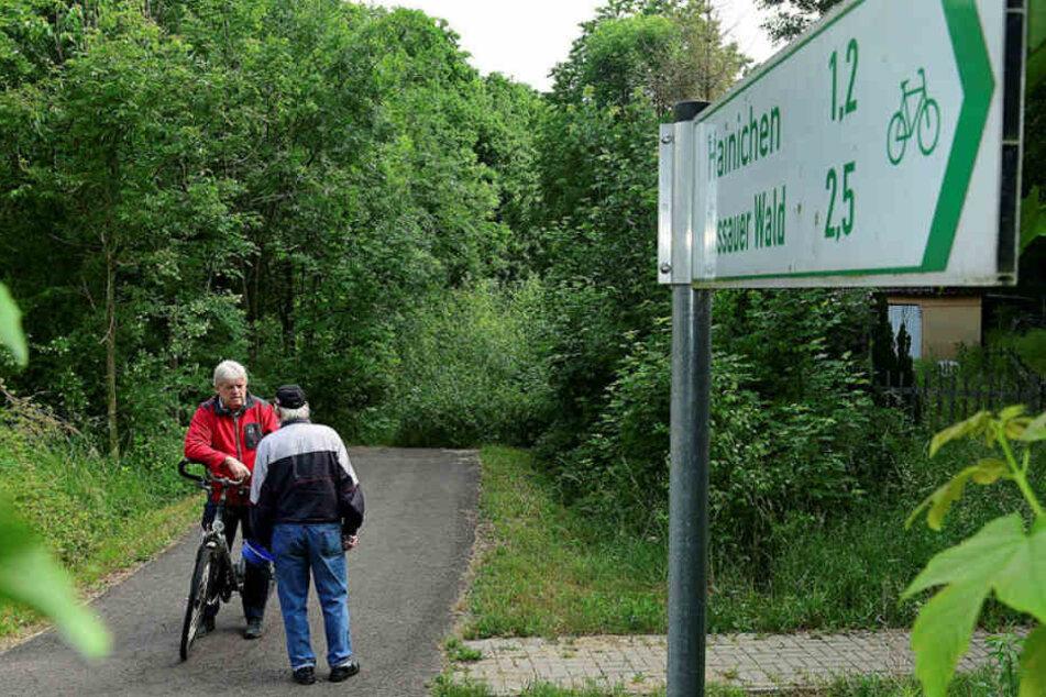 Noch ist hier Schluss für Bürgermeister Dieter Greysinger (52, SPD). Doch bald schon soll der Radweg Richtung Schlegel ausgebaut werden.
