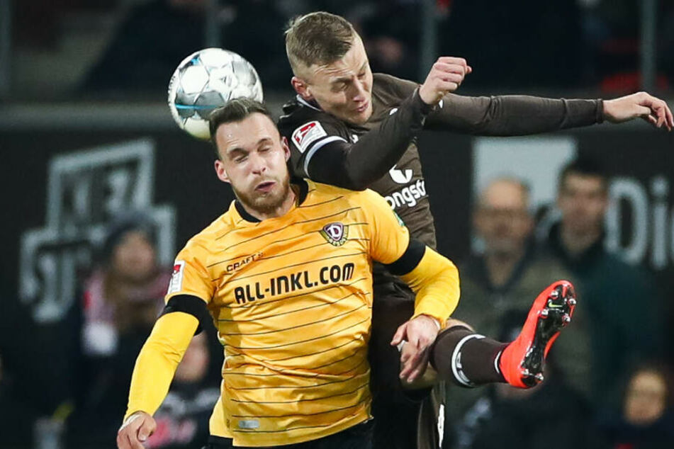 Sebastian Ohlsson geht gegen Josef Husbauer ins Kopfballduell.