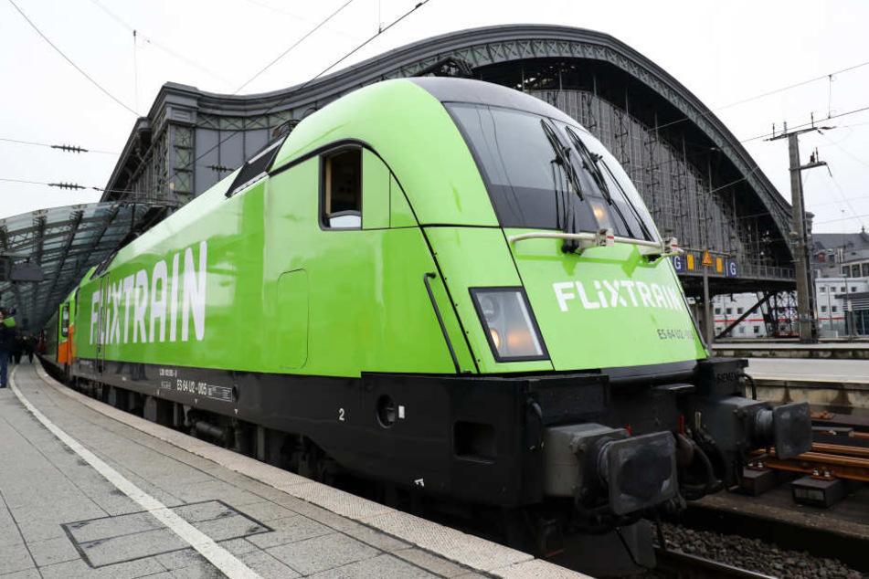 Ein Flixtrain im Kölner Hauptbahnhof.