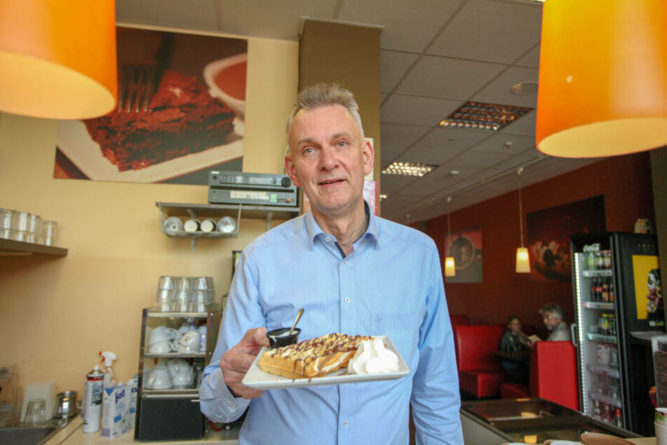 Schokoladenbar-Inhaber Peter Mattis (56) freut sich über jede neue Gastronomie, die sich in der Straße der Nationen einreiht.