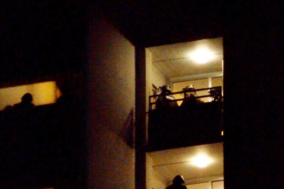 Polizisten während des Einsatzes im Hochhaus.