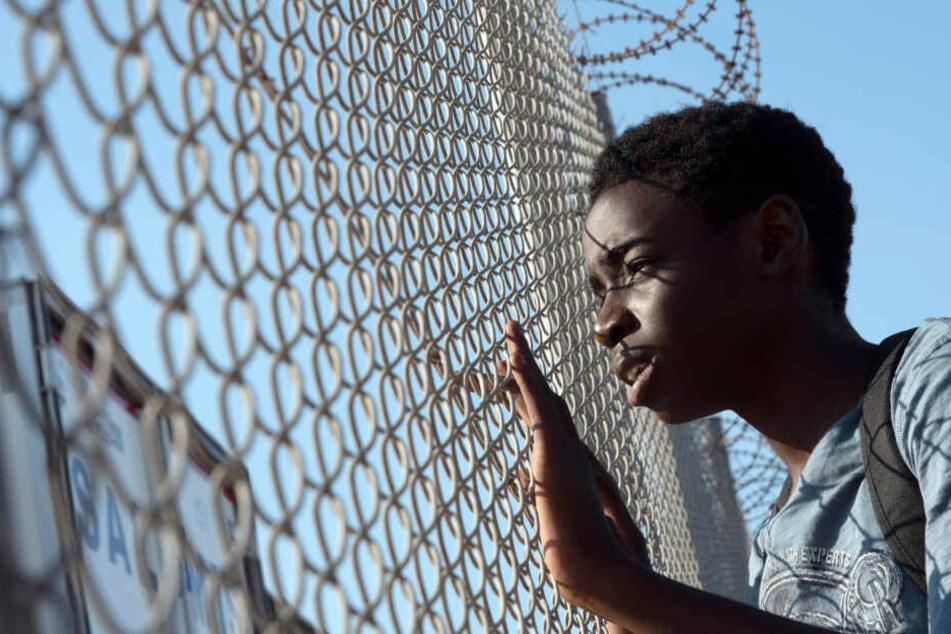 Amare (Joshua Edoze) hofft auf eine Chance, heimlich auf eine Fähre zu kommen.