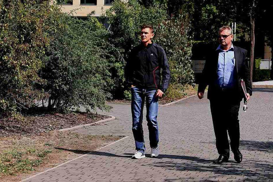 Daniel Zabel (li.), gegen den jetzt Anklage erhoben wurde, mit seinem Anwalt (Archivbild).