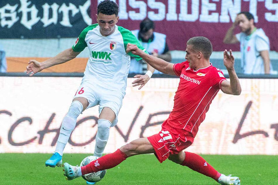 Augsburgs Torschütze Ruben Vargas wird hier von Unions Grischa Prömel (r.) abgegrätscht.