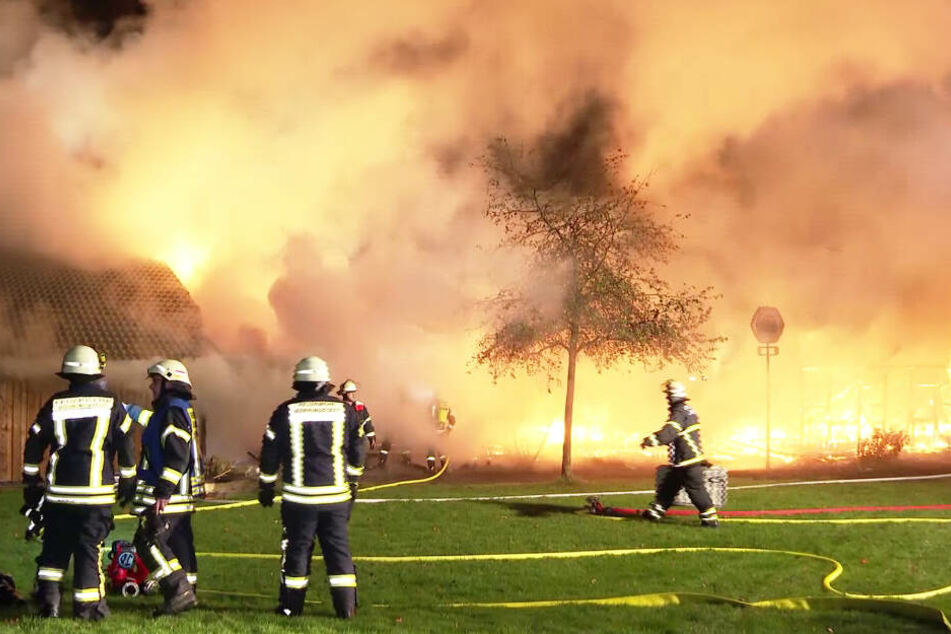 Feuerwehrleute sind bei dem Brand auf dem Golfplatz im Einsatz.