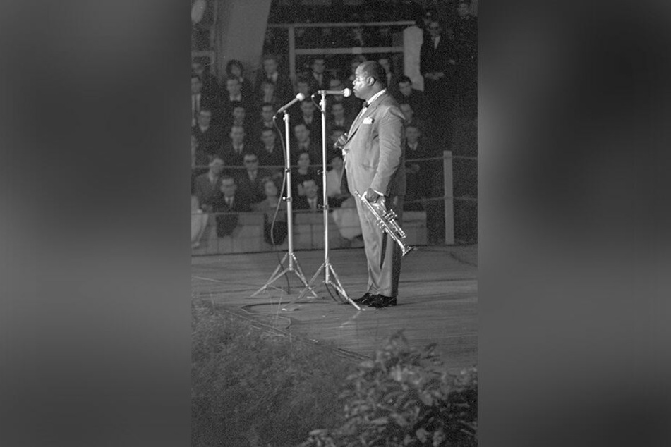 Das Original: Jazz-Trompeter Louis Armstrong bei seinem Auftritt 1965 in der Magdeburger Festhalle.