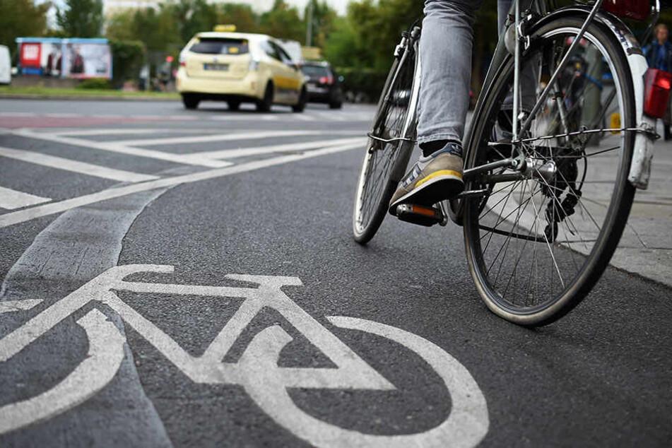 Die Radlerin verletzte sich bei dem Unfall schwer am Sprunggelenk. (Symbolbild)