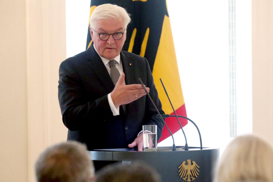 """Bundespräsident Frank-Walter Steinmeier hält im Schloss Bellevue die Eröffnungsrede zum vierten und letzten Gespräch in der Reihe """"Geteilte Geschichte(n)"""", das unter dem Motto """"Von Erfolgsrezepten in Ost und West"""" steht."""