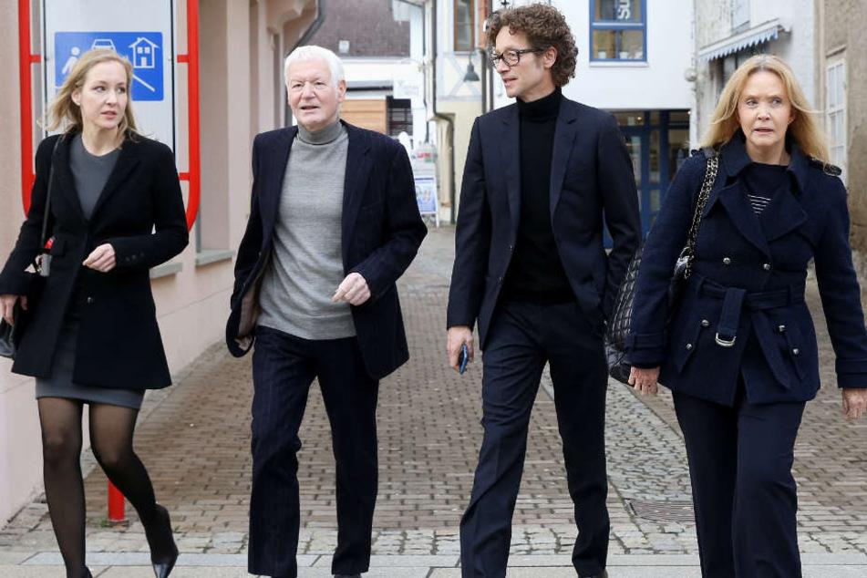 Neben Ex-Drogerieboss Anton Schlecker (2.v.l.) waren auch seine Kinder Meike (links) und Lars (2.v.r.) angeklagt. Die Tochter muss für zwei Jahre und acht Monate ins Gefängnis, der Sohn für zwei Jahre und neun Monate. (Archivbild)