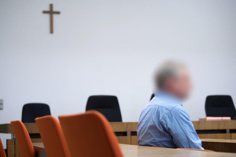 Der wegen Körperverletzung in zwei Fällen angeklagte 47-jährige Mann sitzt im Landgericht München I im Verhandlungssaal im Februar.