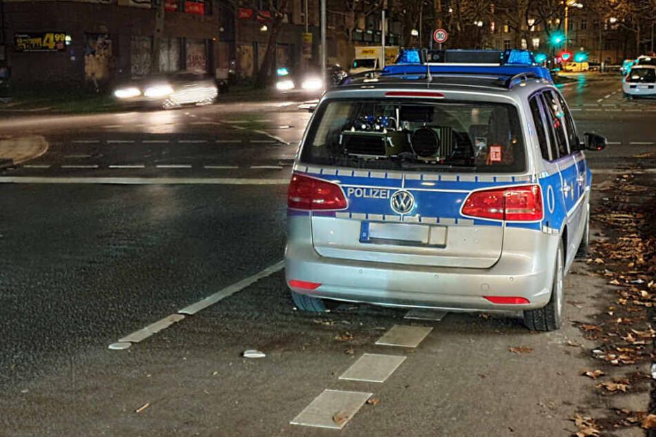 Ein Polizeiwagen steht auf einen Fahrradschutzstreifen.