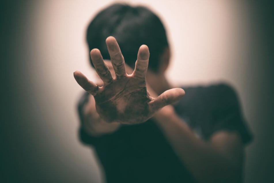 Eine Gruppe soll einen Behinderten sieben Tage lang als Sklaven gehalten und gedemütigt haben (Symbolbild).