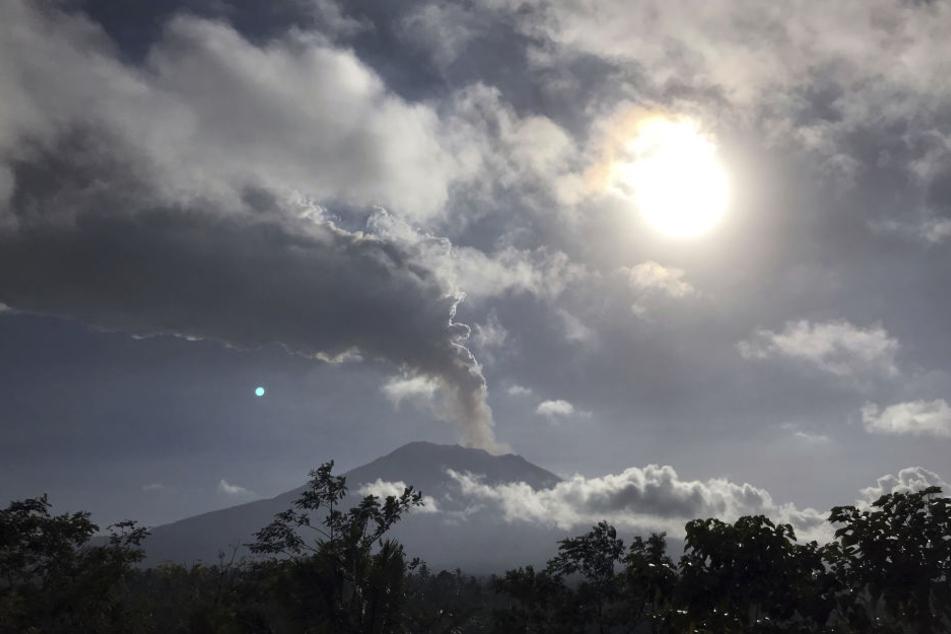 Rauch und Asche steigt aus dem Mount Agung Vulkan auf.