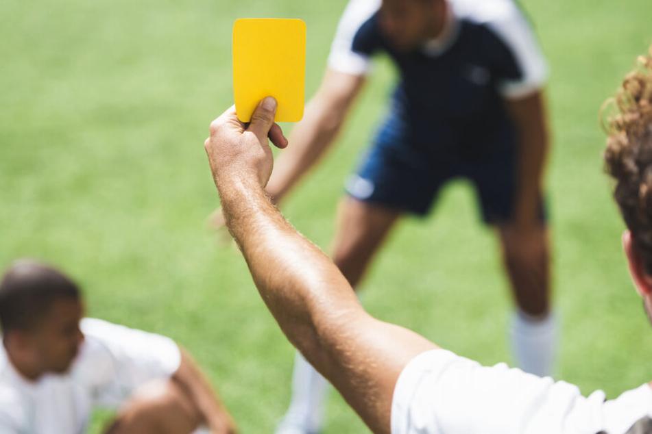 Wieder Schiedsrichter im Amateur-Fußball angegriffen: Kopfstoß und Regenschirm-Attacke
