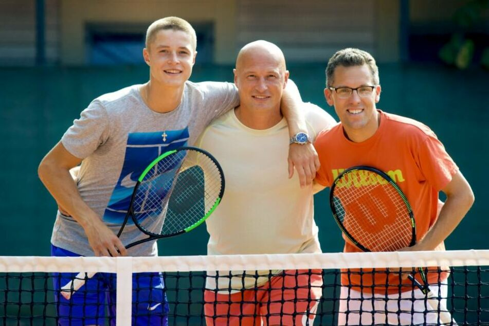 Posieren mit den Förderern: Mittig, Mollekers Vater Roman und rechts daneben Manager Benjamin Thiele.